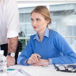事務処理する女性