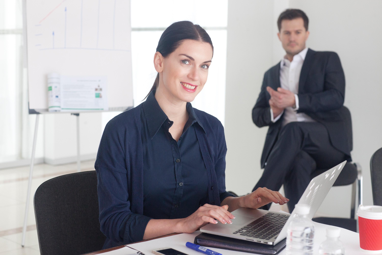 事務所の女性